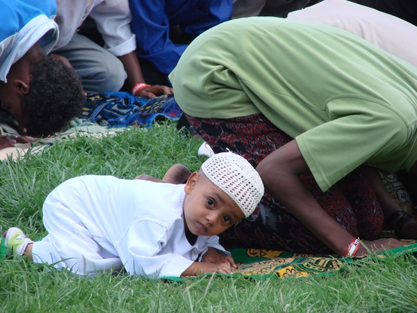 source of image: http://in-islam.com/wp-content/uploads/2013/11/ethiopian-muslims-praying-little-boy-looking.jpg